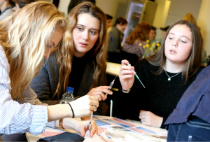På praktikworkshoppen på Gladsaxe Rådhus blev eleverne blandt andet introduceret til diverse hospitalsudstyr (3)
