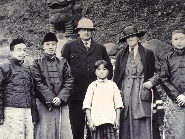 Christian Matheisen med sin kone Sofhie og kinesiske bekendte