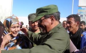 Abdelaziz greets crowd in Tifariti 2011 300px
