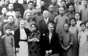 Frederik (med overskæget cirka midt i billedet)afbilledet sammen med sin kone Sofie, sine to døtre Kirsten og Anna-Lise (henholdsvis syvende, femte og første fra venstre i nederste række) , samt kinesiske venner og bekendte